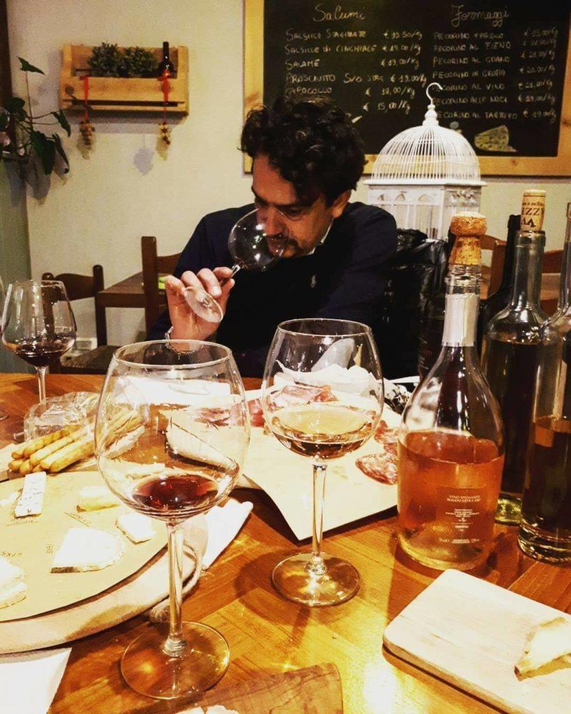 Un cliente beve una coppa di vino