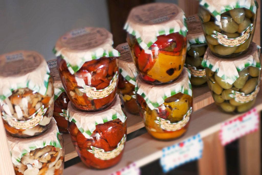 Vasetti di olive intere e verdure varie sott'olio